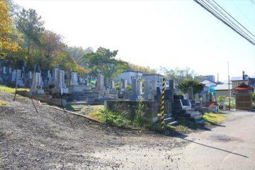 柾里神社手前の朝里墓地