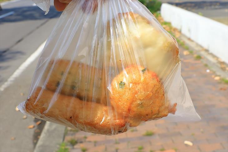 鱗友朝市の蒲鉾店で購入したはんぺん揚げ