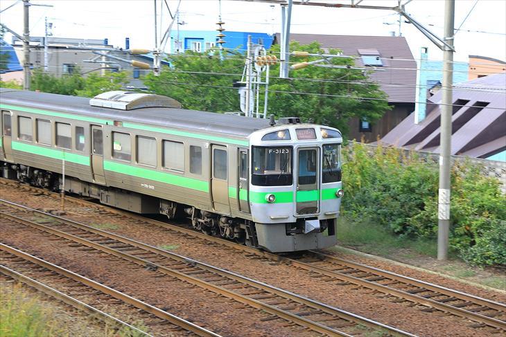 豊足神社の境内から見る函館本線の電車