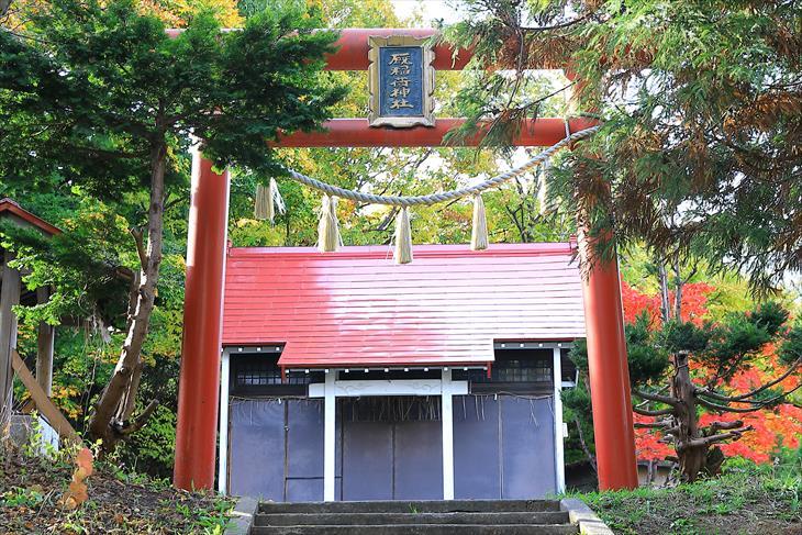 厩稲荷神社の鳥居と社殿