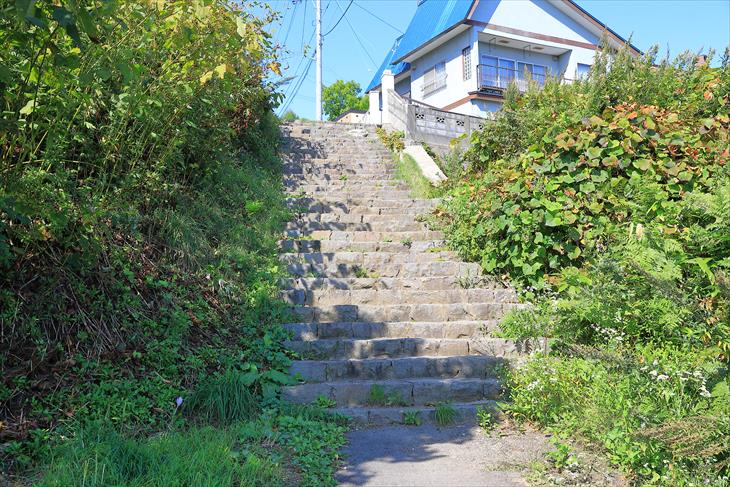 薬師神社の坂の上にある階段