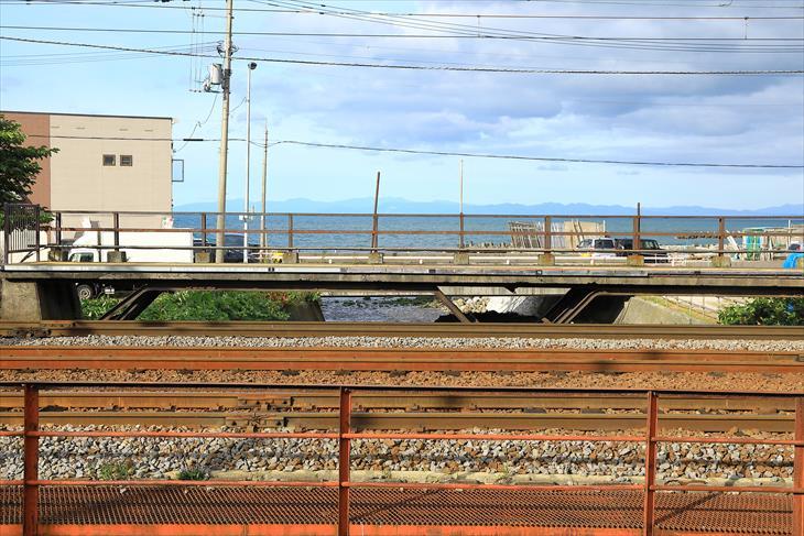 銭函駅のホームから見る海